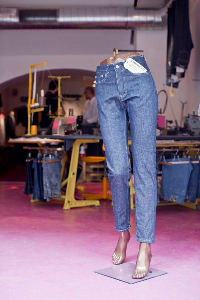Gebrueder-Stitch-Jeans-im-Store-02_Foto-Claudio-Farkasch