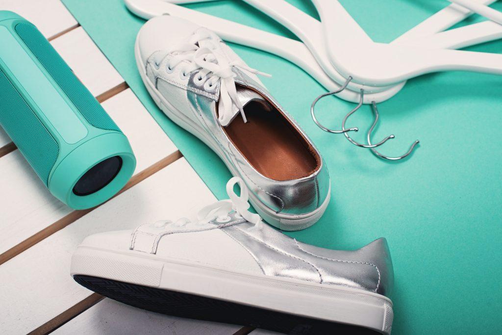 Diese weißen Klassiker zählen definitiv zu den Basics in unserem Schuhschrank. @fotolia: #153409956 | Urheber: Mykola