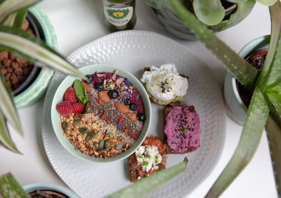 Breakfastclub-Fruehstueck-Berlin-Verlsoung-Avocado-Porridge Bowl Fruehstueckstisch