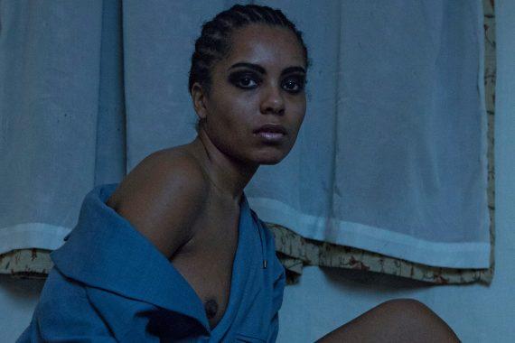 Fotografin Dejah Naya McComb Portrait Schönheitsideale Frau Brust
