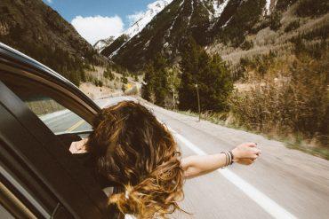 roadtrip-Auto-Straße-Haare-Wind-Freiheit