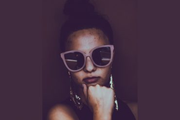 Bitch-Sonnenbrille-Posing-alex-j-reyes-424639-unsplash
