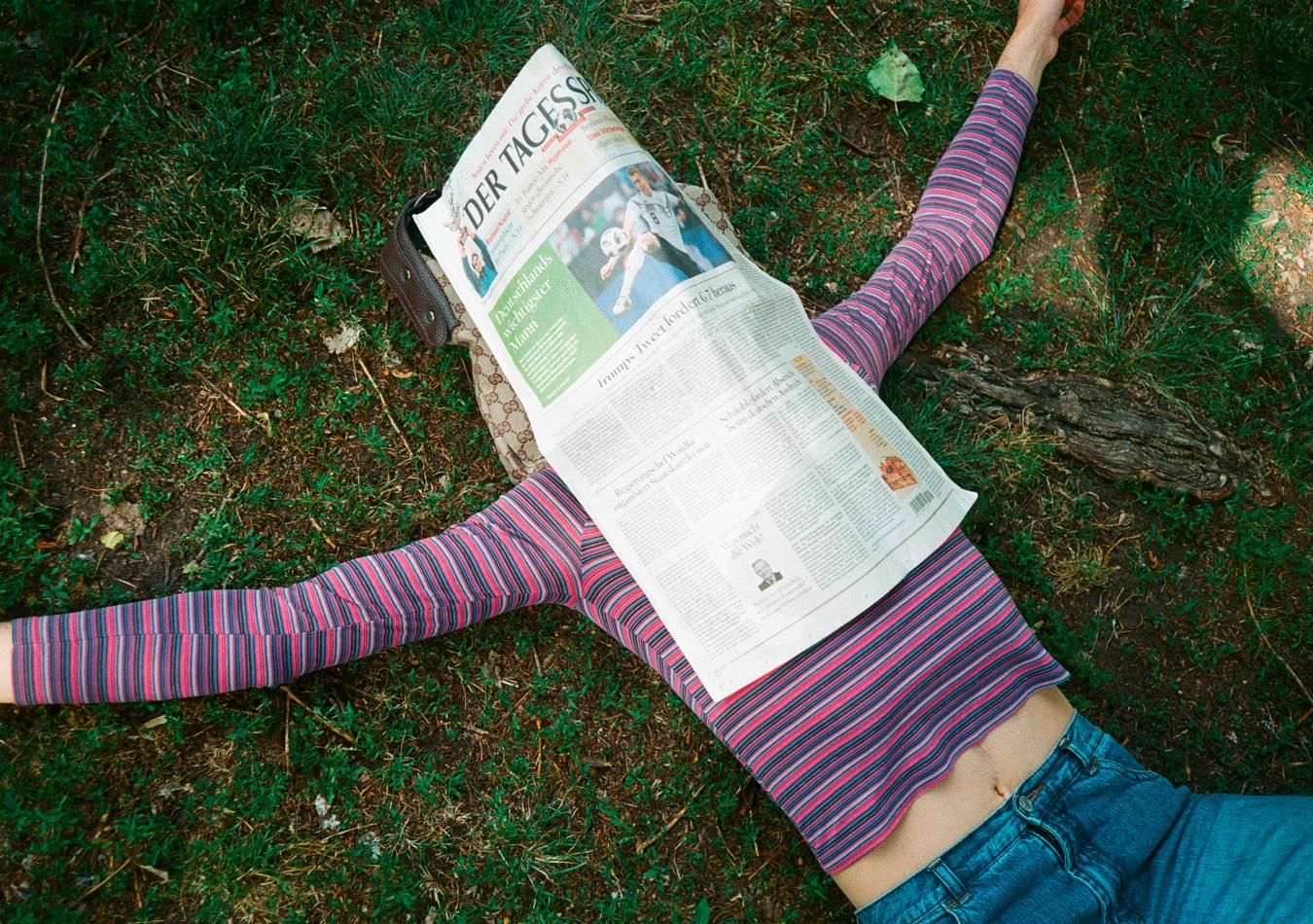 Asexualität-Asexuell-Zeitung-Wiese-Ringelpullover-Streifen