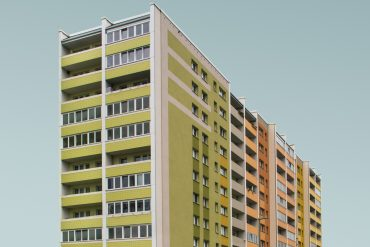 simone-hutsch-unsplash-hochhaus-osbtlock-plattenbau-illustration