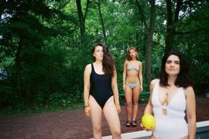 FOUSIEH: Badeanzug ASOS // YAMUR: Bikini IvyRebel; Sandalen H&M // KRISTINA: Badeanzug Beco Beermann
