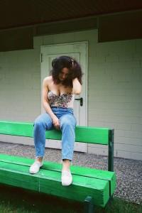 FOUSIEH: Jeans Zara; Badeanzug Lira über ASOS; Schuhe Fred Perry
