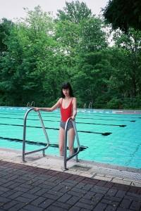 RACHAEL: Badeanzug American Apparel; Panties von Björn Borg