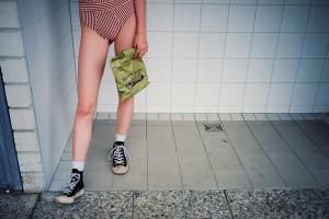 RACHAEL: Badeanzug von Marlies Dekkers; Schuhe: Converse x PLAY von Comme des Garçons