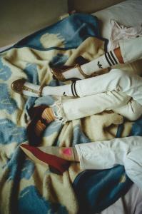 Nina: Strümpfe/ adidas originals, Heels/ Stine Goya, Jeans/ House of Dagmar // Pia: Jeans/ Kings of Indigo, Socken/ Stine Goya, Mary Janes/ Unisa // Yasmin: Jeans/ Carhartt, Socken/ Calzedonia, Ballerinas/ Mint & Berry
