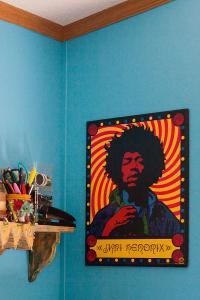 Poster von Jimi Hendrix – das Paar liebt Musik und zeigt das auch mit seinem Interior